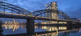 Deutschherrnbrücke mit Skyline und Neubau der EZB