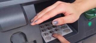Am Bankautomat sollte man die PIN verbergen
